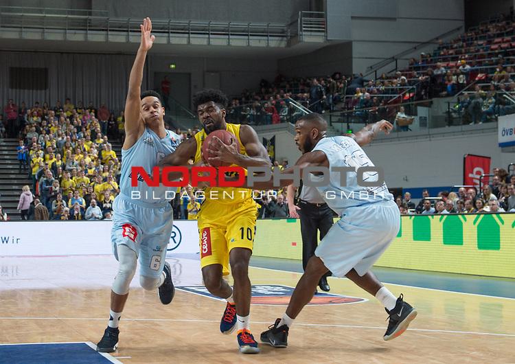 10.02.2019, &Ouml;VB Arena, Bremen, GER, easy Credit-BBL, Eisb&auml;ren Bremerhaven vs EWE Baskets Oldenburg, im Bild<br /> der Fight um jeden Ball<br /> Anthony CANTY ( Eisb&auml;ren Bremerhaven #6 ), Darious MOTEN ( Eisb&auml;ren Bremerhaven #15 )<br /> Frantz MASSENNAT (EWE Baskets Oldenburg #10 )<br /> Foto &copy; nordphoto / Rojahn