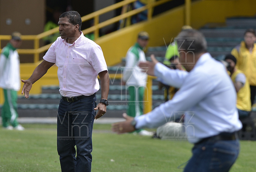 BOGOTÁ -COLOMBIA, 17-04-2016. Alexis Garcia técnico de Santa Fe gesticula durante partido entre Independiente Santa Fe y Deportivo Pasto por la fecha 13 de la Liga Aguila I 2016 jugado en el estadio Nemesio Camacho El Campin de la ciudad de Bogota.  / Alexis Garcia coach of Santa Fe gestures during match between Independiente Santa Fe and Deportivo Pasto for date 13 of the Liga Aguila I 2016 played at the Nemesio Camacho El Campin Stadium in Bogota city. Photo: VizzorImage/ Gabriel Aponte / Staff