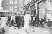 Photo from the NIOD's Huizinga collection. Customers flock to Dolle Tuesday at a shop that sells orange flags.