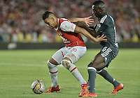 BOGOTÁ -COLOMBIA, 07-02-2016. Yeison Gordillo (Izq.) jugador de Santa Fe disputa el balón con Deiver Machado (Der.) jugador de Millonarios durante partido entre Independiente Santa Fe y Millonarios por la fecha 3 de la Liga Aguila I 2016  jugado en el estadio Nemesio Camacho El Campin de la ciudad de Bogota. / Yeison Gordillo (L) player of Santa Fe struggles for the ball with Deiver Machado (R) player of Millonarios during a match between Independiente Santa Fe and Cucuta Deportivo for the date 3 of the Liga Aguila I 2016 played at the Nemesio Camacho El Campin Stadium in Bogota city. Photo: VizzorImage/ Gabriel Aponte / Staff