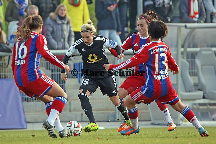 Svenja Huth (FFC) gegen Katherine Stengel und Mana Iwqbuchi (Bayern) - 1. FFC Frankfurt vs. FC Bayern Muenchen, Stadion am Brentanobad