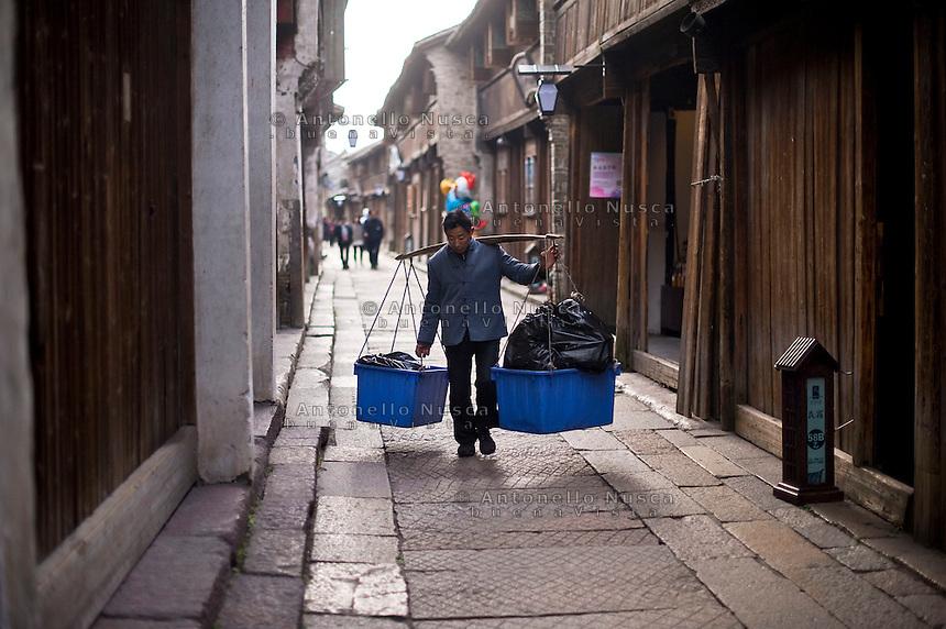 Uno scorcio della antica ciit&agrave; di Wuzhen.<br /> Wuzhen &egrave; una piccola citt&agrave; della provincia dello Zhejiang chiamata anche la Venezia d'Oriente per la caratteristica dei canali che corrono lungo i vicoli dell'antica citt&agrave;. E' anche riconosciuta come uno dei centri pi&ugrave; importanti per la produzione e la lavorazione della seta nell'antichit&agrave;. Ancora sono presenti alcune piccole ditte che continuano a lavorare la seta con gli stessi metodi di come si faceva da secoli. Nonostante sia diventata una meta turistica ancora si pu&ograve; respirare la vecchia Cina passeggiando tra i vecchi vicoli costruiti con la pietra e rimasti intatti nei secoli.<br /> The ancient city of Wuzhen is one of the place in China where is possible appreciate small silk manufacturers that still work using old instruments and thorough processing.