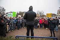 Ca. 250 Menschen demonstrierten am Samstag den 25. Januar 2020 in der brandenburgischen Ortschaft Gruenheide gegen die geplante Ansiedlung des Automobilherstellers TESLA. Sie wehren sich gegen die Rodung mehreren Hektar Wald und die Beeintraechtigung der Trinkwasserversorgung durch die Autofabrik.<br /> Im Bild: Steffen Schorcht, Sprecher der Buergerinitiative gegen die Teslafabrik spricht zu den Kundgebungsteilnehmern.<br /> 25.1.2020, Gruenheide<br /> Copyright: Christian-Ditsch.de<br /> [NUR FUER REDAKTIONELLE ZWECKE! Werbung nur auf Anfrage beim Fotografen. Inhaltsveraendernde Manipulation des Fotos nur nach ausdruecklicher Genehmigung des Fotografen. Vereinbarungen ueber Abtretung von Persoenlichkeitsrechten/Model Release der abgebildeten Person/Personen liegen nicht vor. NO MODEL RELEASE! Don't publish without copyright Christian-Ditsch.de, Veroeffentlichung nur mit Fotografennennung, sowie gegen Honorar, MwSt. und Beleg. Konto: I N G - D i B a, IBAN DE58500105175400192269, BIC INGDDEFFXXX, Kontakt: post@christian-ditsch.de<br /> Bei der Bearbeitung der Dateiinformationen darf die Urheberkennzeichnung in den EXIF- und  IPTC-Daten nicht entfernt werden, diese sind in digitalen Medien nach §95c UrhG rechtlich geschuetzt. Der Urhebervermerk wird gemaess §13 UrhG verlangt.]