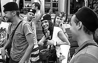 Festival di trombe e ottoni di Guca (Cacak). Ragazzi con indosso il berretto dei cetnici --- Trumpet festival of Guca (Cacak). Young people wearing Chetniks caps