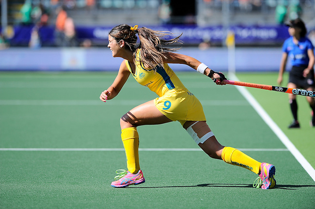 The Hague, Netherlands, June 12: Anna Flanagan #9 of Australia passes the ball during the field hockey semi-final match (Women) between USA and Australia on June 12, 2014 during the World Cup 2014 at Kyocera Stadium in The Hague, Netherlands. Final score after full time 2-2 (0-1). Score after shoot-out 1-3. (Photo by Dirk Markgraf / www.265-images.com) *** Local caption ***