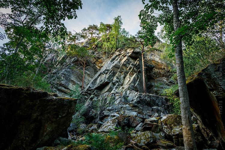 Brant klippförkastning vid Klövbergets  narurreservat i Tyresö kommun