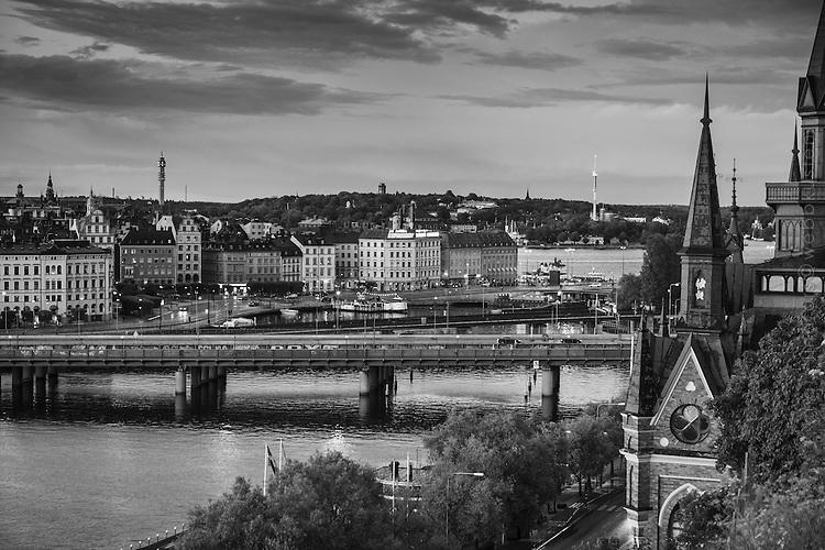 Svartvit bild på Mariahissen med utsikt mot Centralbron, Slussen, Gamla stan och Djurgården i Stockholm.