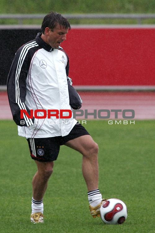 Training Deutsche Nationalmannschaft EM-Qualifikationsspiel Deutschland - San Marino<br /> <br /> Einzelaktion Bernd Schneider.<br /> Foto &copy; nph (nordphoto)<br /> <br /> <br /> <br />  *** Local Caption ***