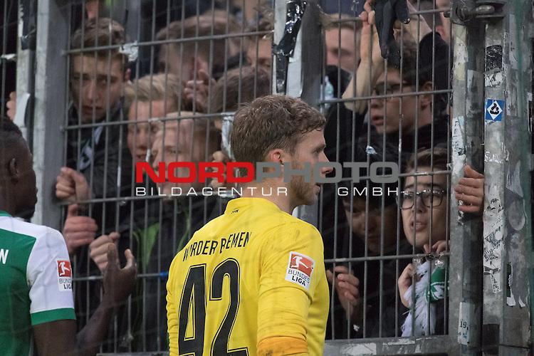 22.04.2016, Volksparkstadion, Hamburg, GER, 1.FBL. Hamburger SV vs Werder Bremen , im Bild<br /> <br /> Werder Mannschaft nach der Derby Niederlage in der Fan Kurve<br /> <br /> entt&auml;uscht / enttaeuscht / traurig /<br /> Felix Wiedwald (Bremen #42) <br /> <br /> Papy Djilobodji  (Bremen #3) bei den Fans<br /> <br /> Foto &copy; nordphoto / Kokenge