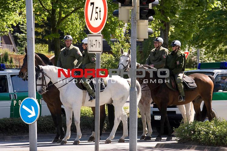 Das BŁndnis gegen Rechts Vechta/Diepholz veranstaltete ebenfalls eine Demo durch die Innenstadt von Vechta zur Uni zur Abschlusskundgebung. Dort kam es zu einer kurzfristigen Personenkontrolle eines Demoteilnehmers, was in der Menge fŁr Unruhe sorgte. <br /> <br /> Zeichen gegen Rechts zu setzen,  dieses was der Hintergrund einer Kundgebung vom Vechtaer BŁndnis<br /> ,, Bunt statt Braun&quot; gegen die  NPD in der nieders&scaron;chsischen Kreisstadt. In einer Ansprache betonte Vechtas BŁrgermeister Uwe Bartels, dass der Widerstand gegen Rechts im Oldenburger MŁnsterland Tradition habe. Zigtausende trafen sich am 1. Maifeiertag auf dem Marktpatz zu einer BŁrgerversammlung und UmzŁgen durch die Kreisstadt, u.a. ein Schweigemarsch zum Synagogen-Gedenkstein. <br /> <br /> Foto: Hundertschaften der Polizei u.a. auch berittene waren am 1. Maifeiertag in vechta unterwegs um fŁr Ruhe zu sorgen<br /> <br /> Foto: &copy; nph ( nordphoto  )<br /> <br />  *** Local Caption ***