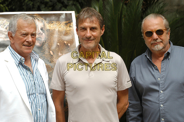 "MARK DAMON, ROLAND JOFFE & AURELIO DE LAURENTIIS.Photocall for ""Captivity"", Rome, Italy..August 23rd, 2007.half length white blue shirt sunglasses shades stubble facial hair .CAP/CAV.©Luca Cavallari/Capital Pictures"