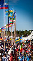 Lots of people with flags heading for the arena event on time road. Photo: André Jörg/ Scouterna