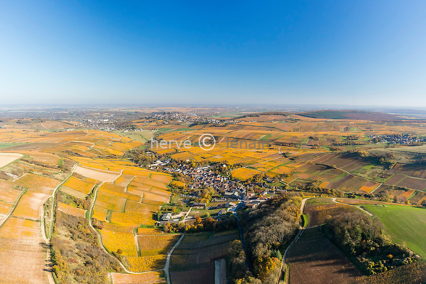 France, Cher (18), région du Sancerrois, Sancerre, le vignoble en automne, le village de Chavignol devant et de Sancerre au loin (vue aérienne) // France, Cher, Sancerrois region, Sancerre, the vineyard fall, Chavignol village first and Sancerre on the hill far (aerial view)