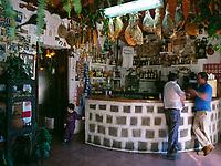Spanien, Kanarische Inseln, Gran Canaria, Ayacata: Tapas-Bar, geraeucherte Schinken haengen unter der Decke | Spain, Canary Island, Gran Canaria, Ayacata: Tapas-Bar, smoked ham hanging from ceiling
