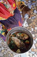 Europe/France/DOM/Antilles/Petites Antilles/Guadeloupe/Saint-Felix : Village Caraïbes - Jeanne Carmelite de l'association des cuisinières prépare un court bouillon de poisson: Blaff