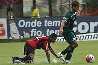 CURITIBA, PR, 23 DE OUTUBRO DE 2012 – ATLÉTICO-PR X GUARANI –  Deivid (e), do Atlético-PR, e Kleiton Domingues, do Guarani, durante partida válida pela 32ª rodada da Série B do Campeonato Brasileiro 2012. O jogo aconteceu debaixo de chuva na tarde de terça (23), no Estádio Janguito Malucelli, o EcoEstádio, em Curitiba. (FOTO: ROBERTO DZIURA JR./ BRAZIL PHOTO PRESS)