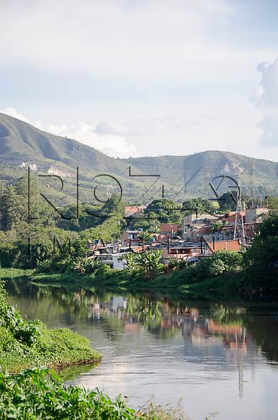 Rio Tietê poluido, as margens da cidade de  Pirapora do Bom Jesus - SP, 04/2014.
