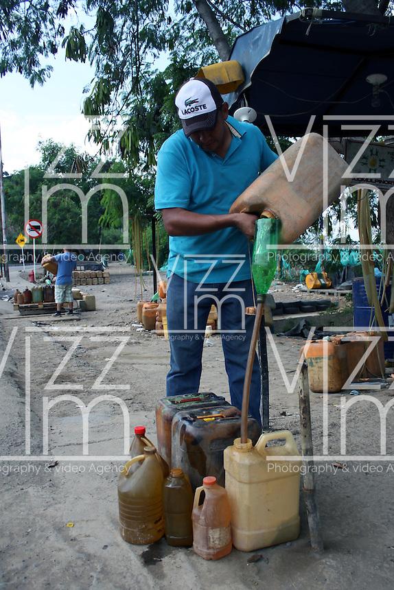 CÚCUTA -COLOMBIA, 06-12-2013.  El sorpresivo cierre de la frontera entre Colombia y Venezuela en la ciudad de Cúcuta produjo la protesta de los ciudadanos y un incremento de más del 50% del valor de la gasolina que venden los pimpineros en esta zona. El precio paso de $5000 a $8000 y más./ The suddenly border closure between Colombia and Venezuela in Cucuta city produced the citizens and the increasing price of the gasoline in more than 50% that sell the pimpineros in this place. The price per gallon rose from $ 5000 to $ 8000 and more. Photo: VizzorImage/Manuel Hernandez/STR