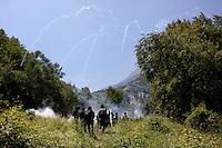Val di Susa: manifestanti protestano contro l'avvio dei lavori per il tunnel dell'alta velocità, e la polizia lancia lacrimogeni per disperderli