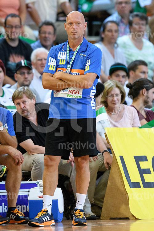 Trainer Magnus Andersson (FAG) verfolgt nachdenklich das Spiel vor der Bank, Seitenlinine