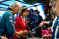 King Carl Gustav  and Queen Silvia having meatballs for lunch at the camp. Photo: Mikko Roininen / Scouterna