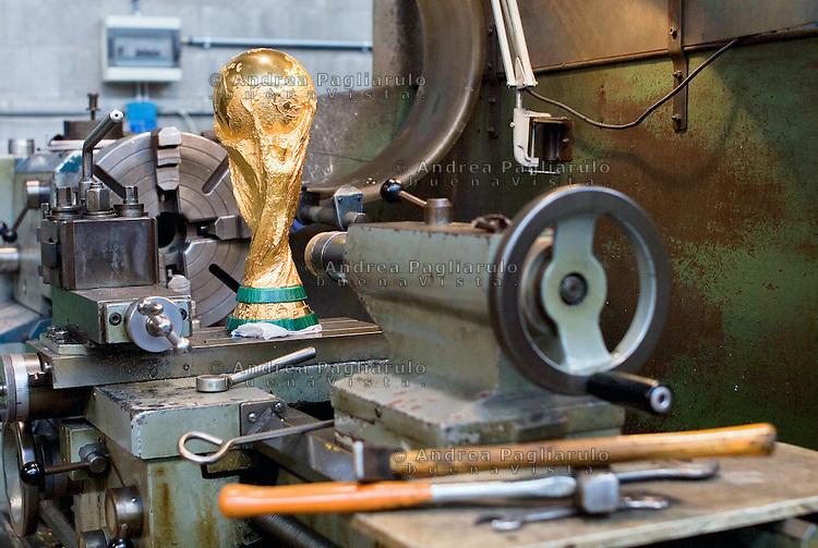 Paderno Dugnano (MI). G.D.E. Licensee Bertoni.<br /> La Coppa Del Mondo FIFA, creata dall'orafo e scultore italiano Silvio Gazzaniga, &egrave; prodotta dalla ditta G.D.E. Licensee Bertoni.<br /> Paderno Dugnano (MI). G.D.E. Licensee Bertoni.<br /> The FIFA World Cup, conceived and designed by the Italian sculptor Silvio Gazzaniga is manifactured by G.D.E. Bertoni.