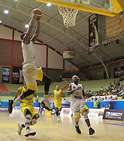 BUCARAMANGA -COLOMBIA, 11-06-2013. Gilbert Lawrence (Arriba) de Búcaros realiza una clavada en contra de Bambuqueros durante el juego 4 de la final en la DirecTV de baloncesto Profesional de Colombia realizado en el Coliseo Vicente Díaz Romero de Bucaramanga./ Gilbert Lawrence (Up) of Bucaros makes the dunk against Bambuqueros during the game 4 of the final on DirecTV professional basketball League in Colombia at Vicente Diaz Romero coliseum in Bucaramanga. Photo: VizzorImage / Jaime Moreno / STR