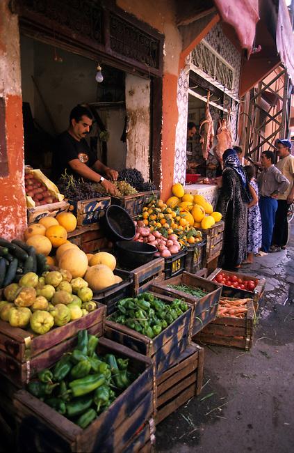 Marrakech, souk de Bab Doukkala, boutique de fruits et legumes *** Marrakech, Bab Doukkala souk, shop selling fruits and vegetable.