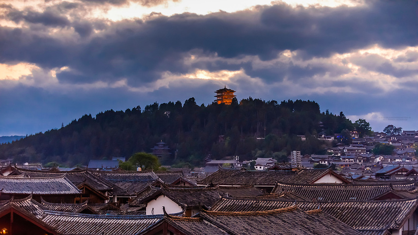 Rooftops of the Old Town (Dayan),  Lijiang, Yunnan Province, China. The Old Town is a UNESCO World Heritage Site.