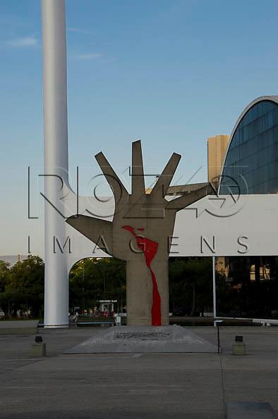 Escultura Mão no Memorial da América Latina - conjunto arquitetônico projetado por Oscar Niemeyer, São Paulo - SP, 04/2014. *É necessário solicitar autorização de uso ao autor da obra (FUNDAÇÃO OSCAR NIEMEYER).