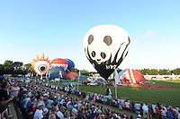 ALGEMEEN: JOURE: Nutsbaan, 25-07-2012, 27e Friese Ballonfeesten Joure, overzicht openingsavond ca. 30 heteluchtballonen stijgen op voor de gemeente Skarsterlân vaart, ©foto Martin de Jong