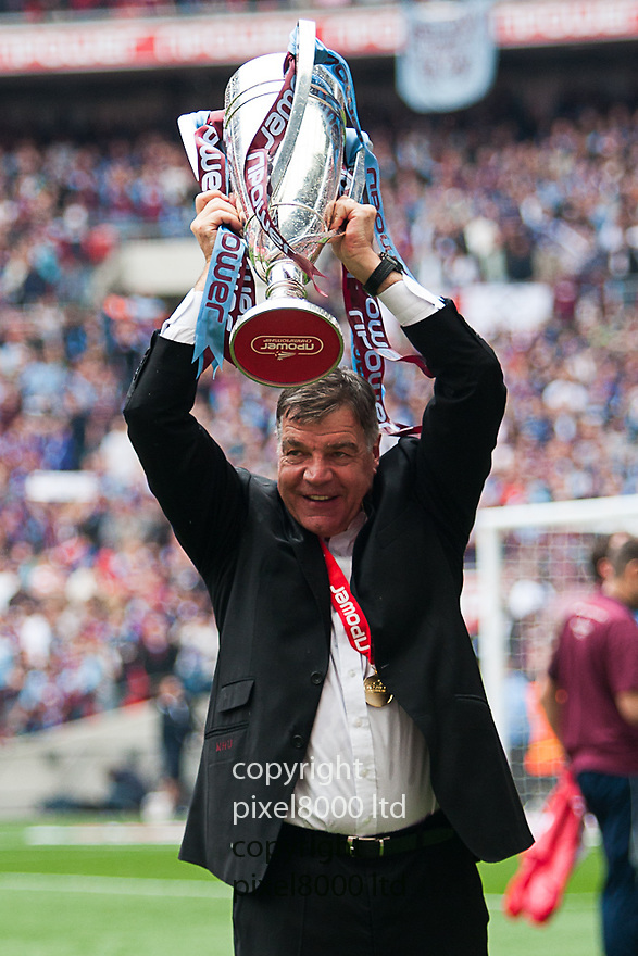 London, UK. West Ham manager Sam Allardyce lifts the trophy after winning nPower Championship playoff final fixture Blackpool versus West Ham United at Wembley Stadium 19 May.  Please Byline David Fearn Pixel 8000 Ltd