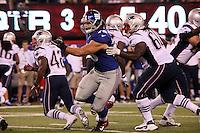 DT Markus Kuhn (Giants) setzt sich gegen G Jeremiah Warren (Patriots) durch