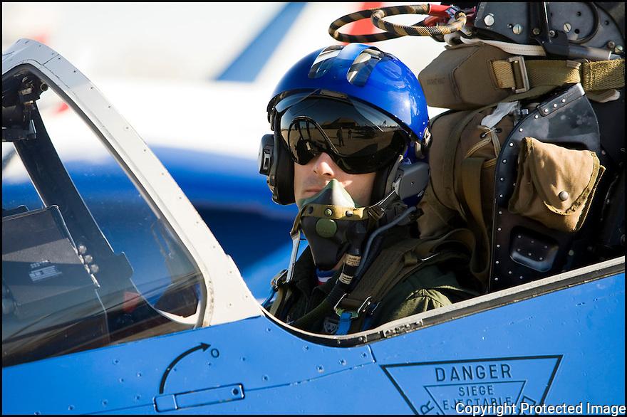 -2008-Salon de Provence- Capitaine Georges-Eric Castaing juste avant le décollage. Patrouille de France.