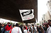 SAO PAULO,SP, 30.04.2015 - PROFESSORES-SP -SÃO PAULO, SP, 30.04.2015: PROFESSORES-SP - Professores estaduais em greve participam de assembleia da categoria promovida pela Apeoesp (Sindicato dos Professores do Ensino Oficial do Estado de São Paulo) no vão livre do Masp, na av. Paulista, na região central de São Paulo, nesta quinta-feira (30). Entre as pautas reivindicadas pela categoria estão o aumento salarial. (Foto: Gabriel Soares/Brazil Photo Press)