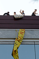 Roma, 10 Agosto 2017<br /> Le forze dell'ordine sgomberano decine di famiglie da un palazzo occupato a Cinecitt&agrave; in Via Umberto Quintavalle.<br /> Dopo ore di resistenza sul tetto dell'edificio gli abitanti sono stati sgomberati