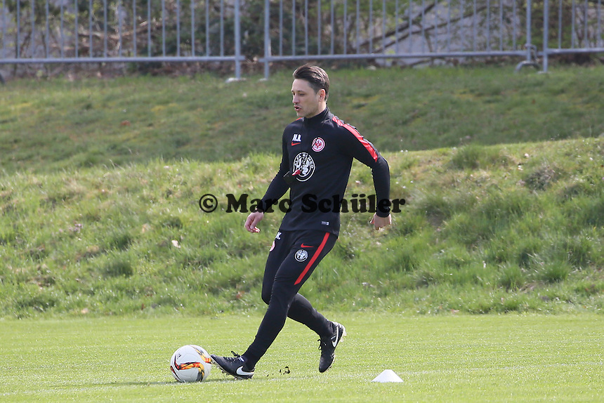 Trainer Niko Kovac demonstriert die Übung - Eintracht Frankfurt Training, Commerzbank Arena