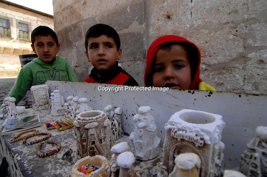 TURQUIA-CAPADOCIA.Valle de Goreme en la capadocia donde se encuentra un museo al aire libre de iglesias rupestres.niños en el mirador de los Cazadores. foto JOAQUIN GOMEZ SASTRE©