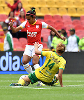 BOGOTA - COLOMBIA - 26-02-2017: Gabriela Huertas (Izq.) jugadora de Independiente Santa Fe disputa el balón con Vanesa Santana (Der.) jugadora de Atletico Huila, durante partido por la fecha 2 entre Independiente Santa Fe y Atletico Huila, de la Liga Femenina Aguila 2017, en el estadio Nemesio Camacho El Campin de la ciudad de Bogota. / Gabriela Huertas(L) player of Independiente Santa Fe struggles for the ball Vanesa Santana (R) player of Atletico Huila, during a match of the date 2 between Independiente Santa Fe and Atletico Huila, for the Liga Femenina Aguila 2017 at the Nemesio Camacho El Campin Stadium in Bogota city, Photo: VizzorImage / Luis Ramirez / Staff.