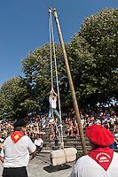 Europe/France/Aquitaine/64/Pyrénées-Atlantiques/Pays-Basque/Saint-Palais: Festival de force basque, Lever de bottes de paille [Non destiné à un usage publicitaire - Not intended for an advertising use]
