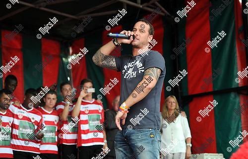 2014-07-27 / Voetbal / seizoen 2014-2015 / Fandag Royal Antwerp FC / Douglas 'Dougie' Gyselinckx zong het nieuwe Antwerp-clublied met de spelers op de achtergrond.<br /><br />Foto: mpics.be