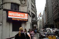 SAO PAULO, 12 DE JULHO DE 2012 - IMPOSTOMETRO - Impostometro localizado na Rua Boa vista, regiao central da capital atinge hoje a marca de mais de 800 bilhoes arrecadados. FOTO: ALEXANDRE MOREIRA - BRAZIL PHOTO PRESS