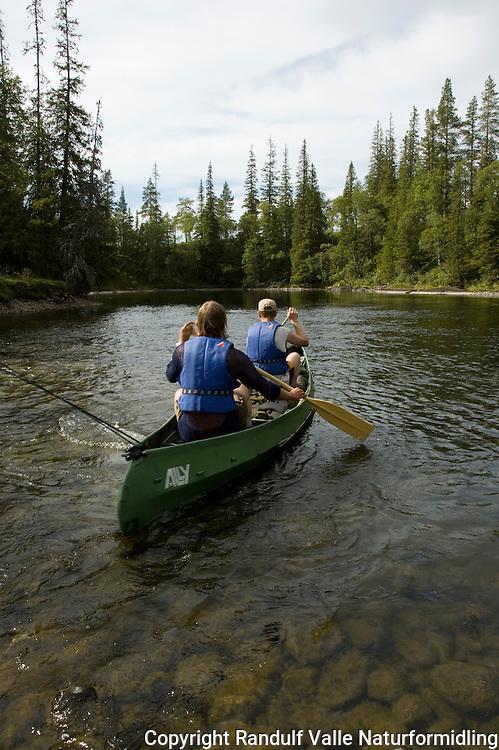 Menn i kano på elva Forra. ----- Men in canoe on the river Forra.