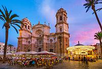 Spanien, Andalusien, Cadiz: Cafe und Karussell neben der Cadiz Kathedrale auf der Plaza de la Catedral am Abend | Spain, Andalusia, Cadiz: Cafe and carousel outside the Cadiz Cathedral in Plaza de la Catedral in the evening