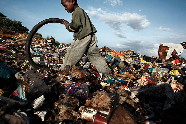 &copy; Robin Hammond<br /> Patrick, 5 ans, vit dans une d&eacute;charge avec sa grand-m&egrave;re. Ils gagnent en moyenne 10$ par mois en recyclant les d&eacute;chets.<br /> -----<br /> &copy; Robin Hammond<br /> Patrick, a five year old, lives on the rubbish dump with his grandmother. They earn on average $10 per month, recycling waste.