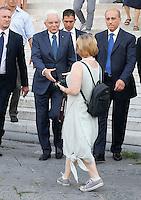 Il presidente della Repubblica in visita a napoli passeggia per Piazza Plebiscito prima di prendere un caffe al bar Gambrinus incontra la gente e saluta bambini
