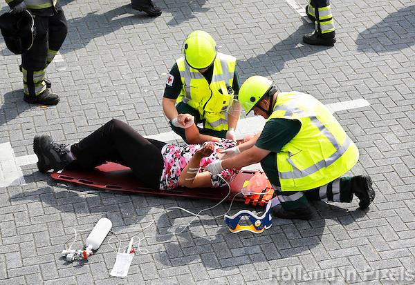 Nederland Hardenberg 2015 08 15. Veiligheidsdag in Hardenberg. In scene gezet auto ongeluk. Ambulance medewerkers verlenen eerste hulp
