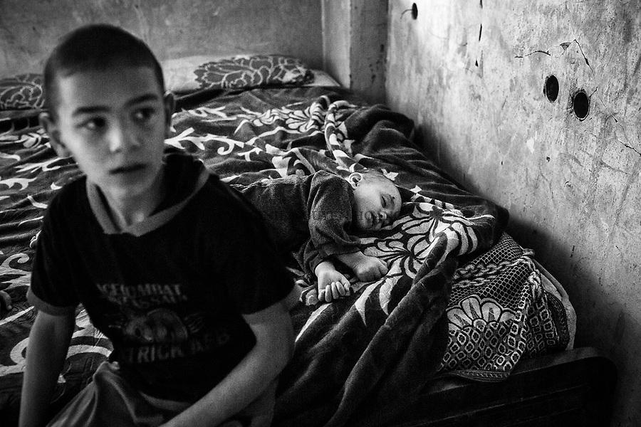 Gaza, Beit Hanoun: Des enfants de la famille Abu Ouda se reposent dans une pi&egrave;ce auparavant utilis&eacute;e comme poulailler. 21/10/14<br /> <br /> Gaza, Beit Hanoun: Children of the Abu Ouda family are resting in a room previously used as a hen-house. 21/10/14