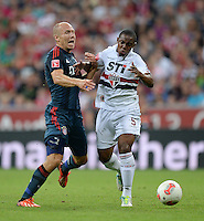 Fussball  International   Audi Cup 2013  Saison 2013/2014   31.07.2013 FC Bayern Muenchen - Sao Paulo FC  Arjen Robben (li, FC Bayern Muenchen) gegen Wellington (Sao Paulo FC )