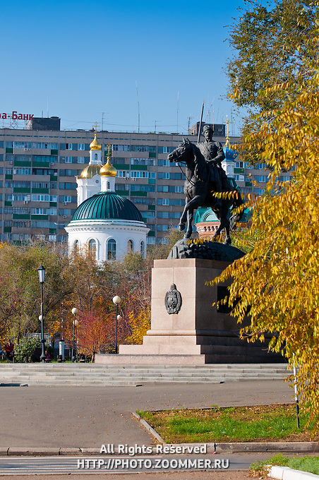 Памятник казакам на фоне Никольской церкви осенью в Оренбурге